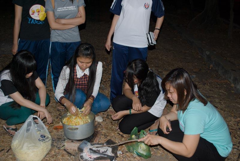 Sinh viên KTX không về quê ăn Tết, đón Tết xa nhà